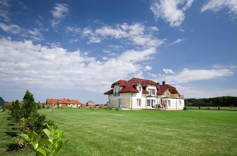 Huis in groen gazon stock afbeelding