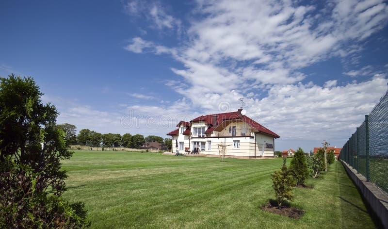 Huis in groen gazon royalty-vrije stock foto