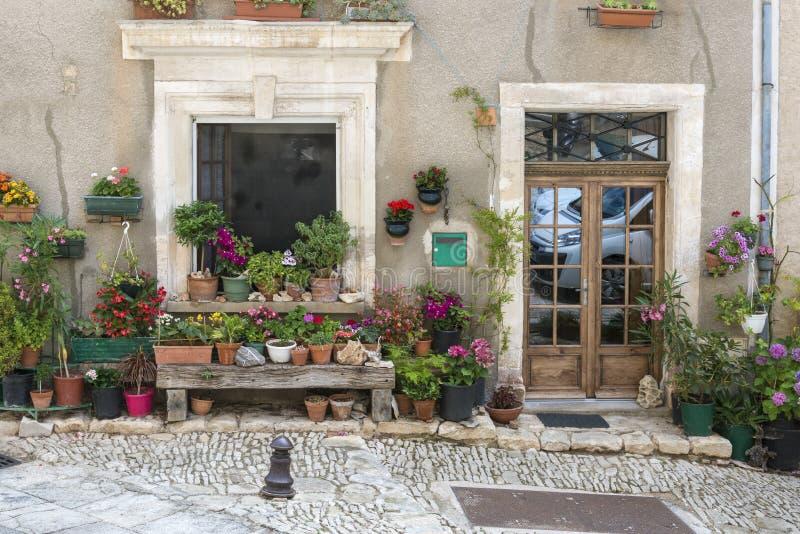 Huis in heilige-Saturnin-les-Geschikt dorp, stock fotografie