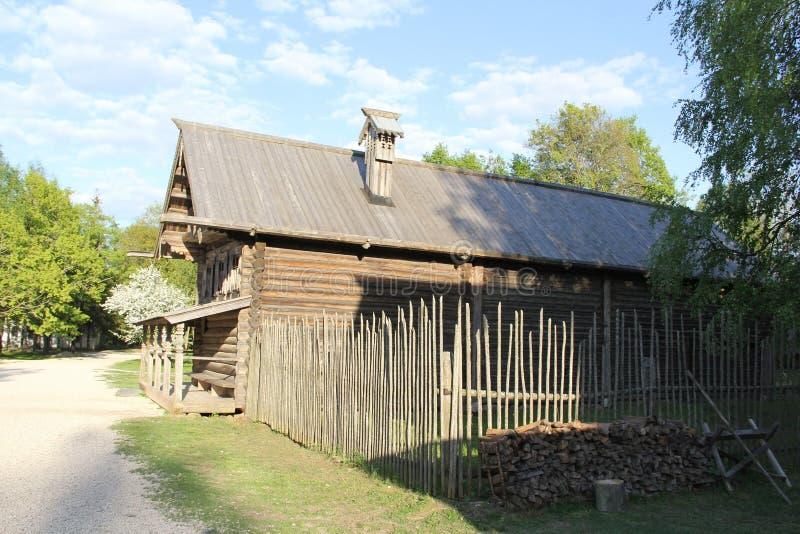 Huis in het dorp van Velikiy Novgorod stock foto
