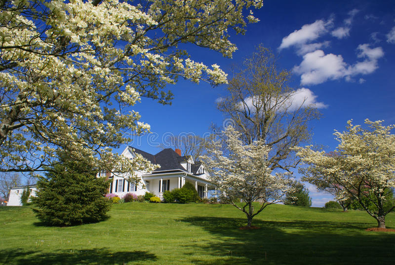Huis in het mooie openlucht plaatsen royalty-vrije stock afbeeldingen
