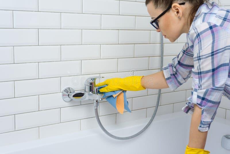 Huis het schoonmaken De vrouw maakt thuis in de badkamers schoon royalty-vrije stock fotografie