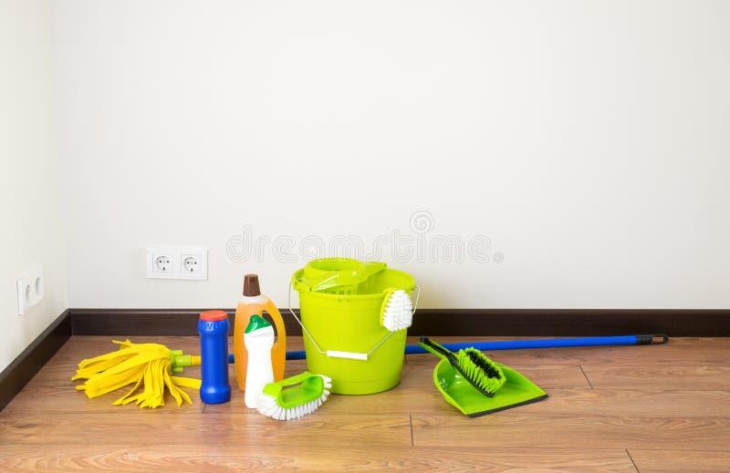 Huis het schoonmaken - Schoonmakende toebehoren op vloerruimte royalty-vrije stock fotografie
