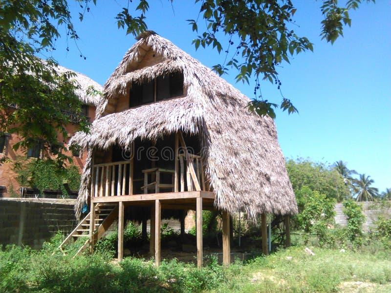 Huis in hout en stro royalty-vrije stock afbeeldingen