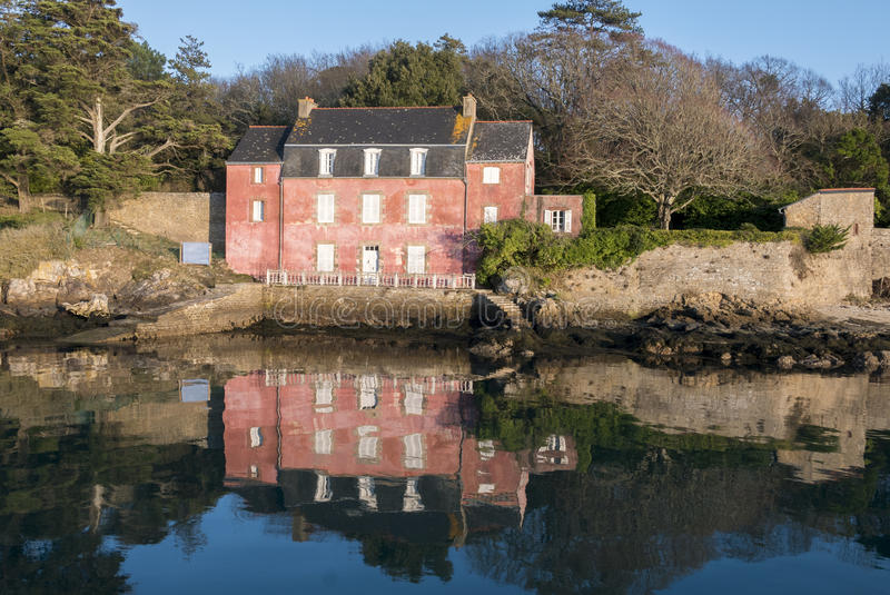 Huis in ile aux moines de golf van morbihan met bezinningen in t stock foto afbeelding 85049622 - Foto huis in l ...