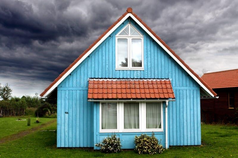 Huis klaar voor het onweer stock afbeeldingen