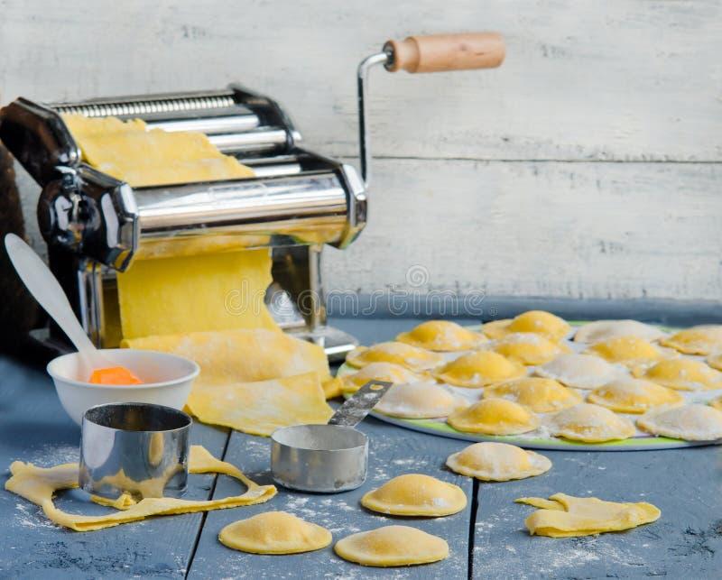 Huis kokende ravioli stock foto