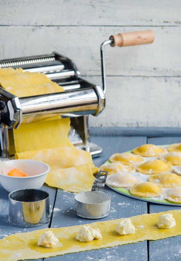 Huis kokende ravioli stock afbeeldingen