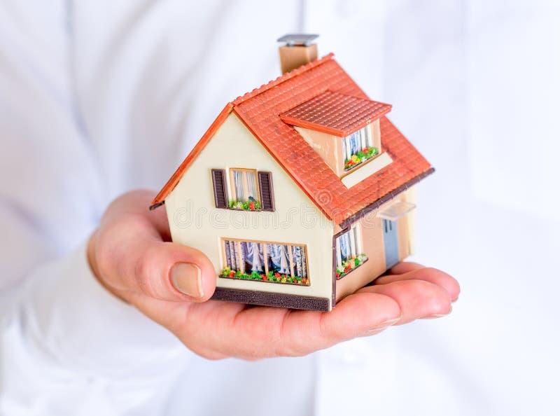 Huis in menselijke handen royalty-vrije stock afbeelding