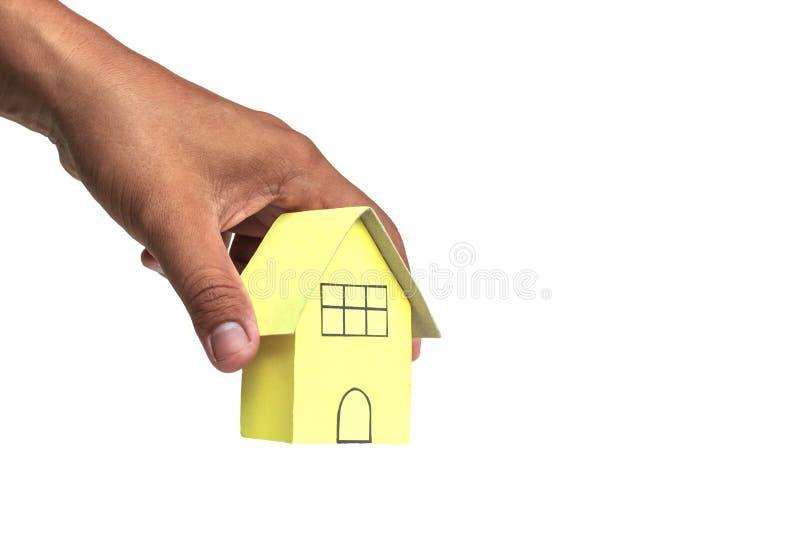 Huis in menselijke handen op witte achtergrond royalty-vrije stock afbeeldingen