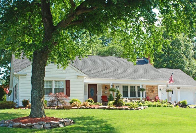 Huis met Amerikaanse vlag stock foto
