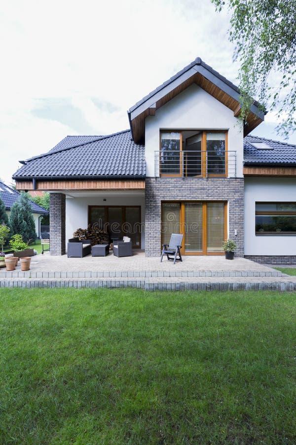 Huis met bakstenen muren en terras stock fotografie