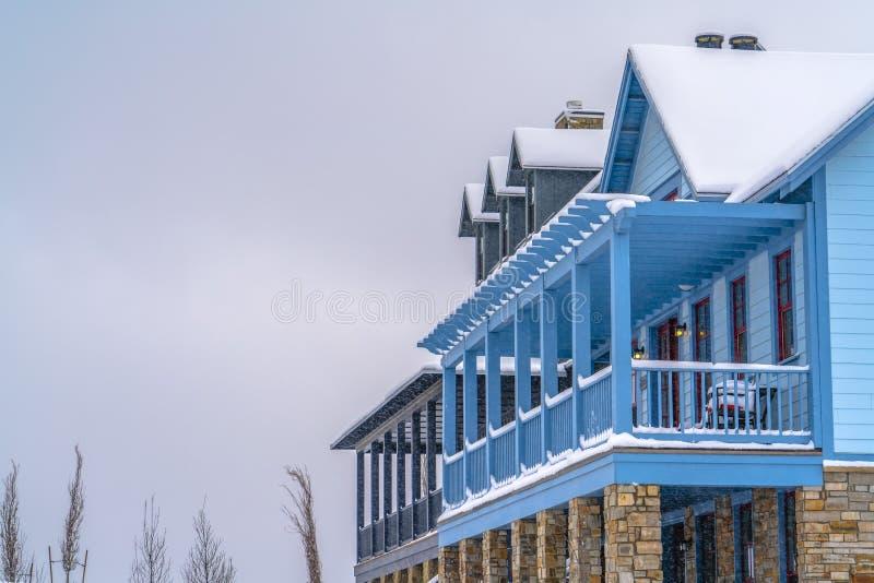 Huis met balkon en portiek in de winter wordt bekeken die royalty-vrije stock foto's
