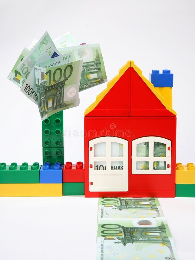 Huis met bankbiljetten. stock afbeelding