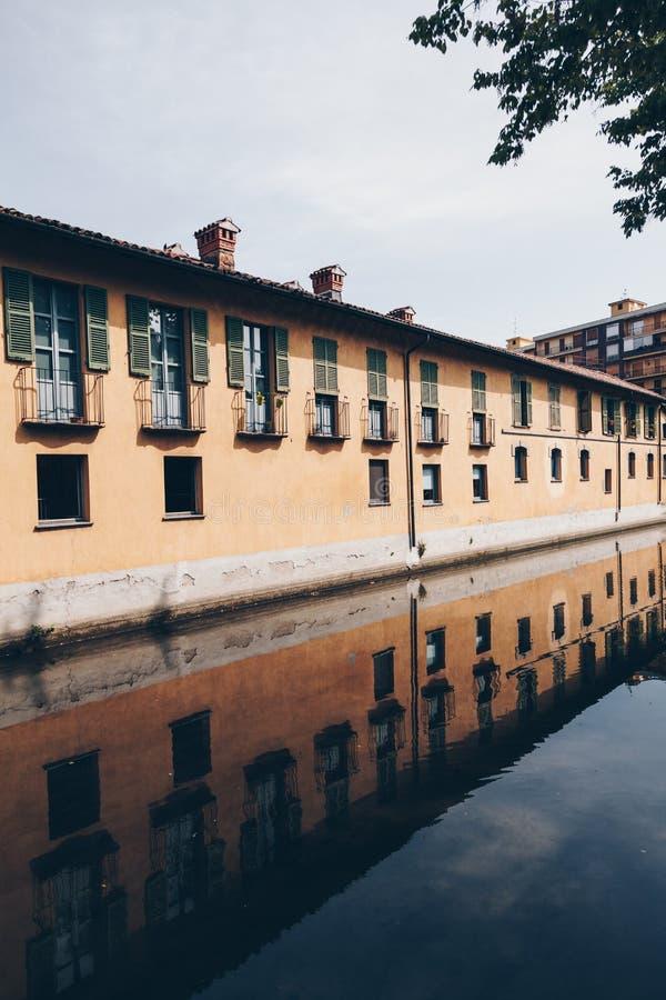 Huis met bezinning langs het Martesana-kanaal in Milaan royalty-vrije stock foto