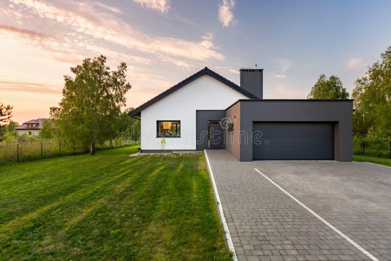 Huis met binnenplaats en garage royalty-vrije stock foto's