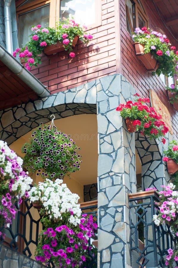 Huis met bloemen stock foto's