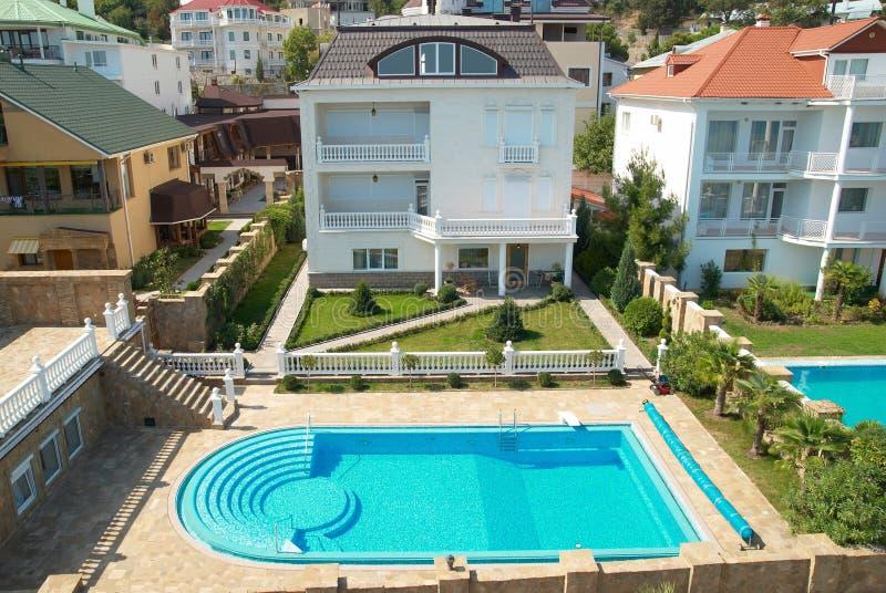 Huis met de blauwe pool royalty-vrije stock afbeeldingen