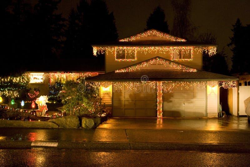 Huis met de verlichting van Kerstmis stock afbeeldingen