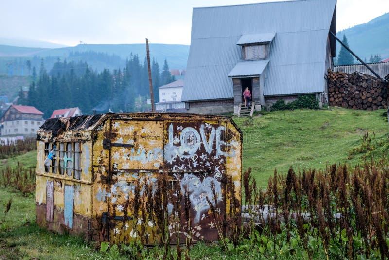 Huis met een container in Dragobrat de Oekraïne stock afbeeldingen
