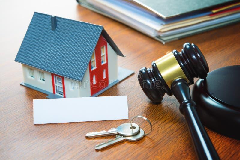 Huis met een Hamer Onroerende goederen verhindering, verkoop, veiling, bus stock foto's