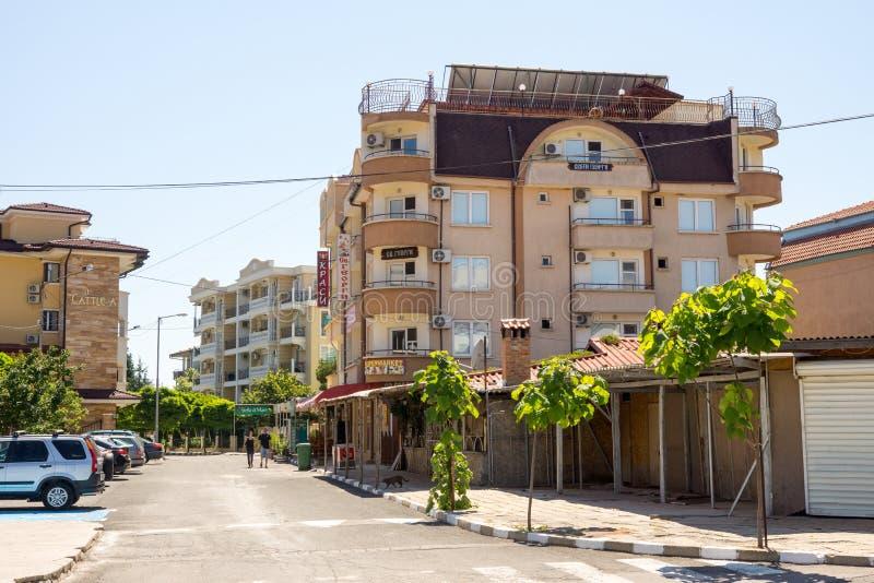 Huis met een het bekijken platform in het dorp van Ravda in Bulgarije royalty-vrije stock foto's