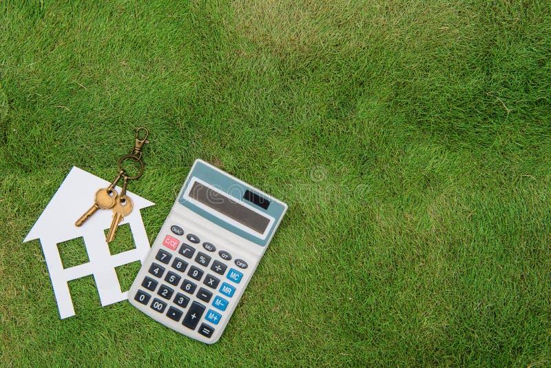 Huis met een huismilieu, het groene leven, Hypotheekcalculator royalty-vrije stock fotografie