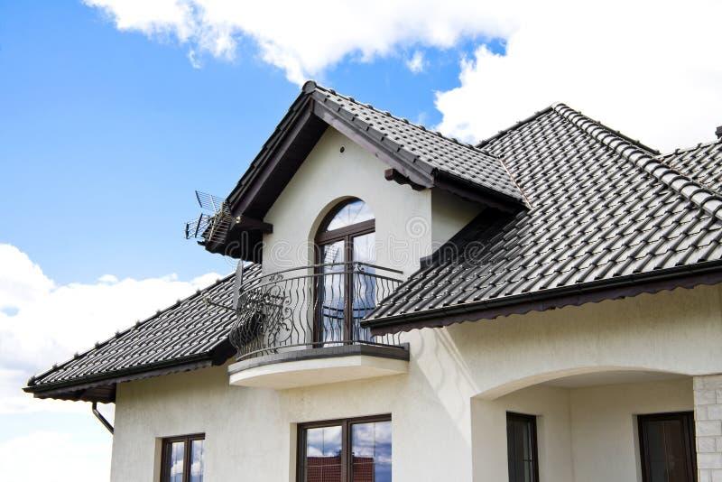 Huis met een Modern Dak royalty-vrije stock afbeelding