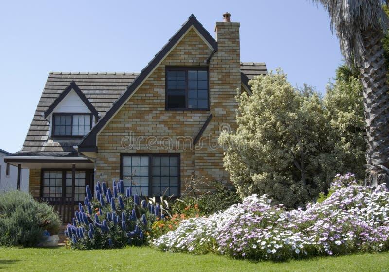 huis met een slordige tuin stock afbeelding afbeelding
