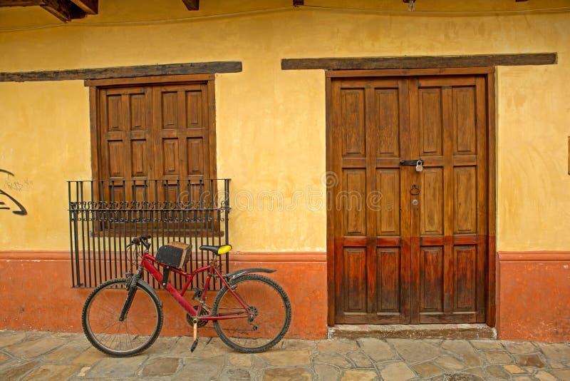 Huis met fiets vooraan royalty-vrije stock foto