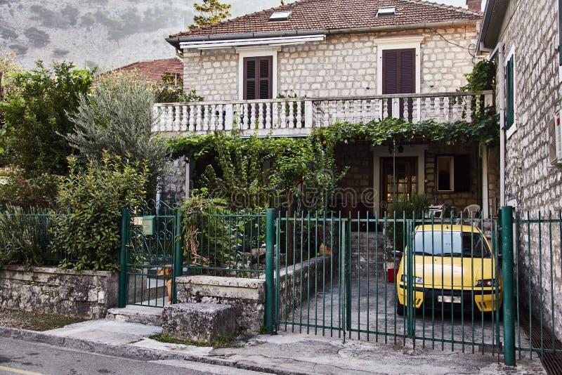 Huis met gele auto De Stad van Kotor montenegro stock foto's