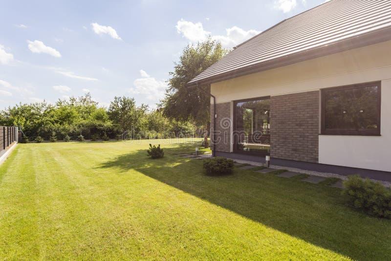Huis met grote tuin royalty-vrije stock afbeeldingen