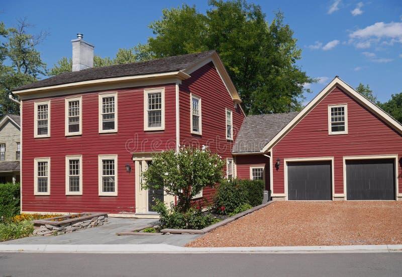 Huis met het rode opruimen royalty-vrije stock afbeeldingen