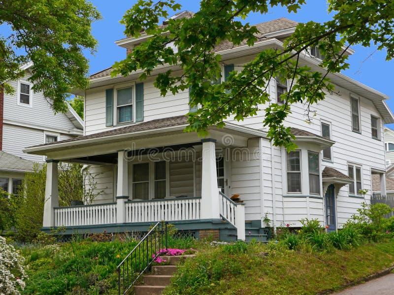 Huis met het witte opruimen royalty-vrije stock foto