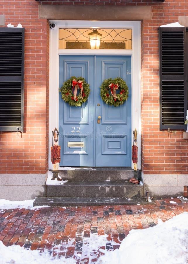 Huis met Kerstmiskronen op voordeur op Beacon Hill-Gebied royalty-vrije stock afbeelding