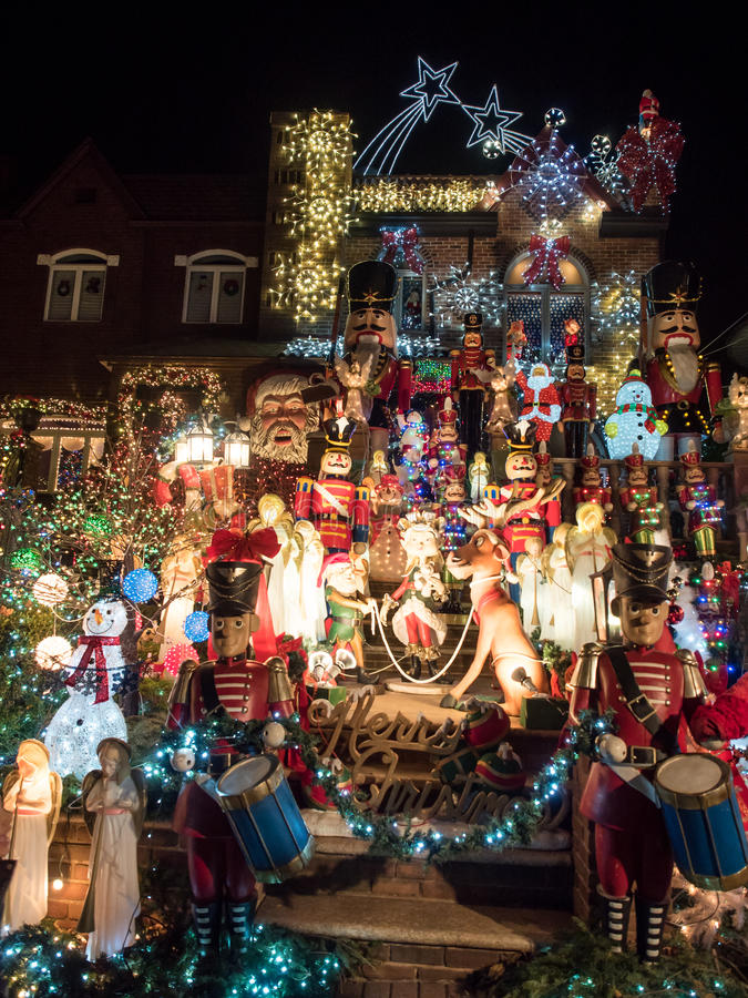 Huis met Kerstmislichten bij nacht, Dyker-Hoogten, New York stock afbeelding