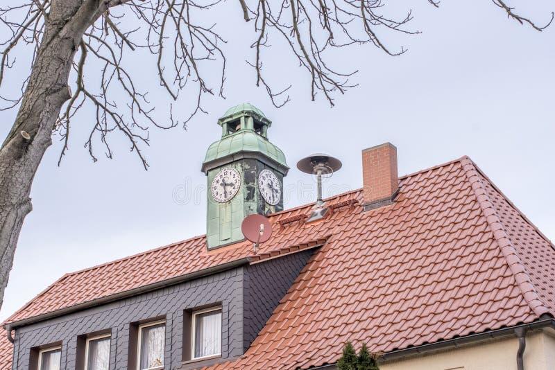 Huis met klokketoren en sirene van het lokale brandweerkorps op het dak royalty-vrije stock afbeeldingen