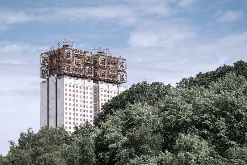 Huis met meerdere verdiepingen van ongebruikelijk ontwerp tegen de hemel en het bos royalty-vrije stock foto's