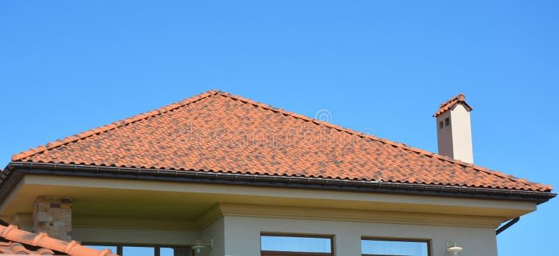 Huis met natuurlijke daktegels Huis het guttering, dakgoten, pla stock fotografie
