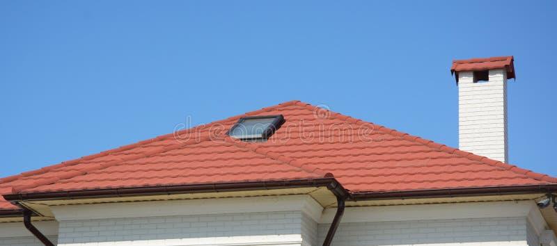 Huis met natuurlijke daktegels, zolderdakraamvensters Huis Guttering, dakgoten, het plastic guttering stock fotografie