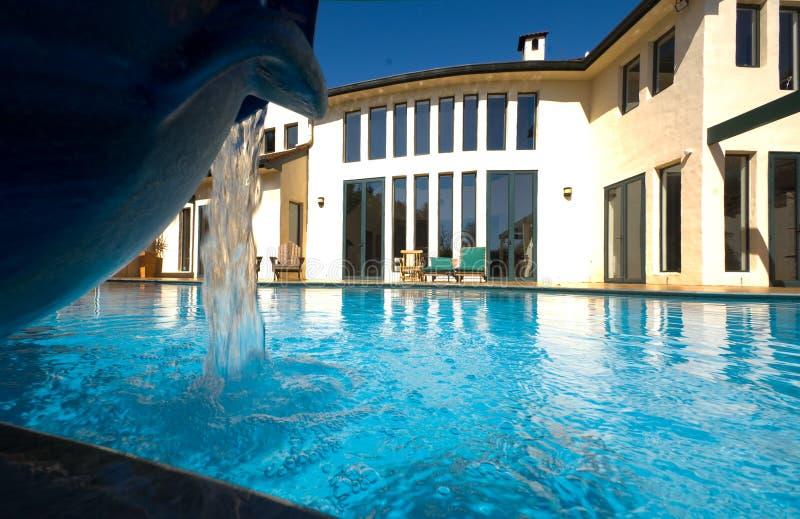 Huis met pool 2 royalty-vrije stock afbeeldingen
