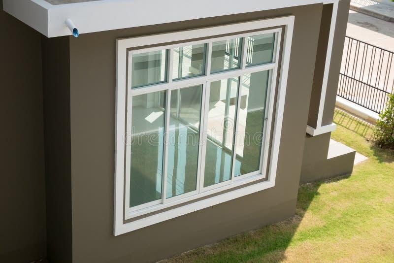 Huis met raamkozijn stock foto