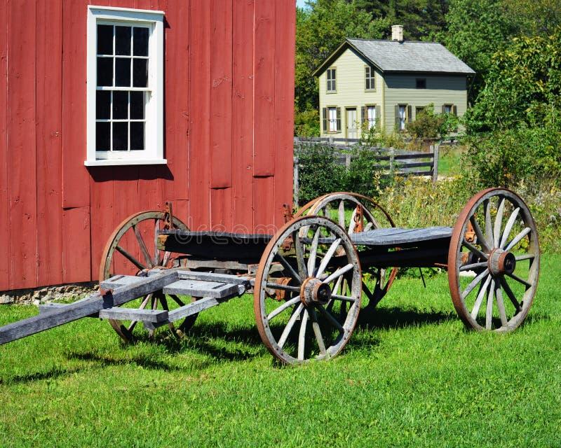 Huis met Rode Schuur en Wagen royalty-vrije stock afbeelding