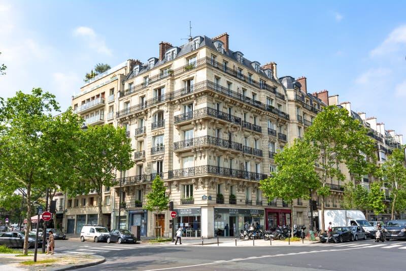 Huis met typische Franse balkons in Parijs, Frankrijk stock foto