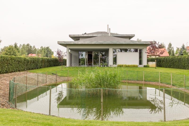 Huis met vijver royalty-vrije stock afbeeldingen