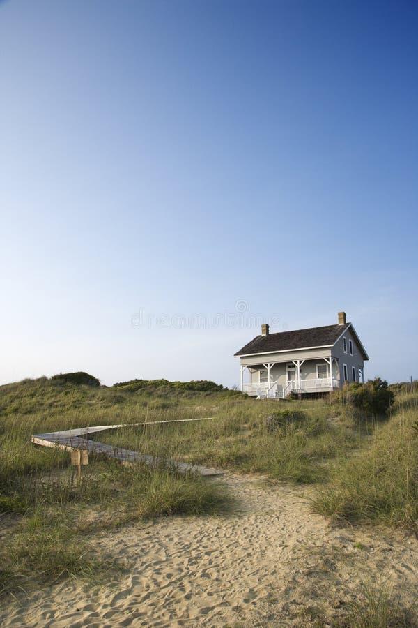 Huis met weg aan strand. royalty-vrije stock afbeelding