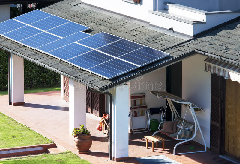 Huis met zonnepanelen royalty-vrije stock afbeelding
