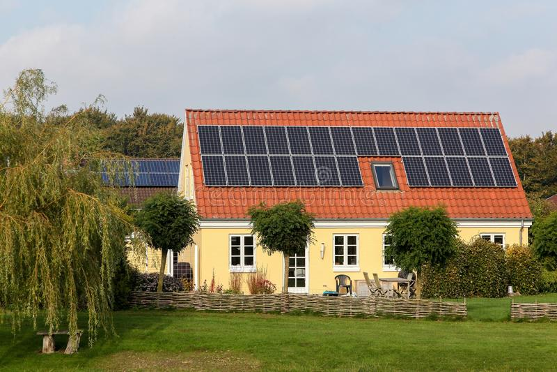 Huis met zonnepanelen op het dak royalty-vrije stock afbeeldingen