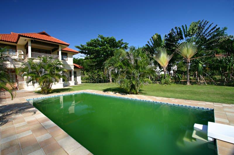 Huis met zwembad royalty-vrije stock afbeeldingen