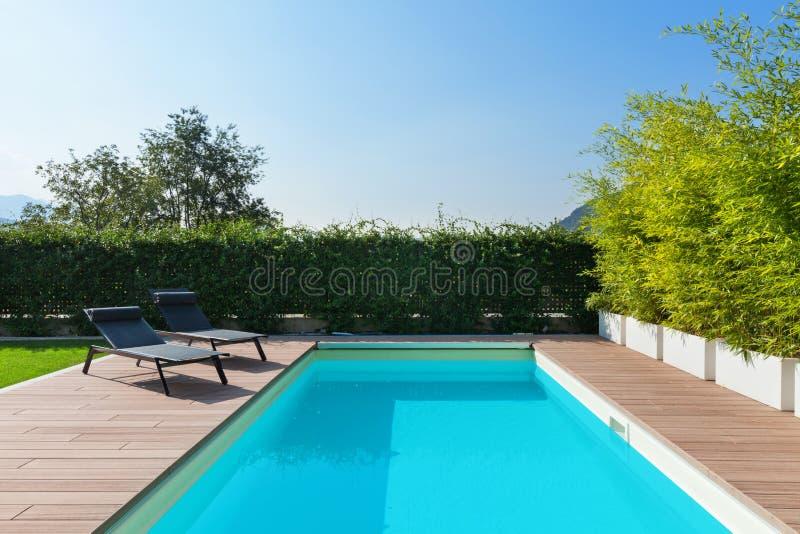 Huis met zwembad, in openlucht stock afbeelding